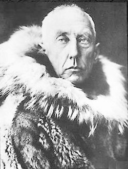 Ephémérides du mardi 13 août Roald_amundsen_wearing_furskins